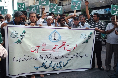 KARACHIPAKISTAN_Members of Karachi Union of Journslusts protesin againt Anti Islam film made in USA and man behind the this   Anti islam and anti prophet  Muhammad ,Peace be upon him , journalists holding banners with Name of Prophet Muhammad in arabic l Editorial