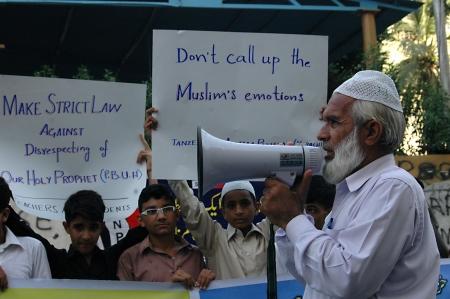 irrespeto: KARACHI  PAKISTAN_ Profesores y estudiantes protestan contra Estado Unidos de Am�rica (EE.UU.) consigna que potest fuertemente en contra de la falta de respeto de nuestro amado profeta tdoay el 05 de octubre 2012