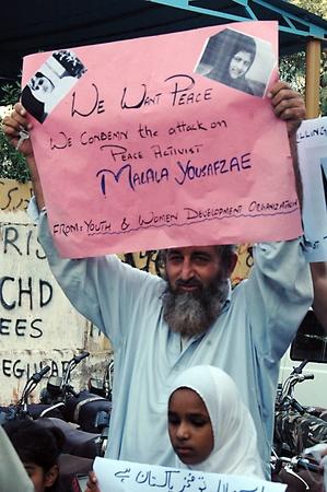 KARACHI / PAKISTAN_ personnes de nation pakistanaise se tiennent avec 14 ans pakistanais fille courageuse qui a été abattu par Talila interdiction récente joindre le van scolaire et condamner Talib interdiction acte, affiche lit, nous vous aimons s?ur Get Well Soon, pakistanais au cours de rassemblement de protestation suppor Banque d'images - 15740058