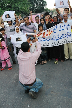 KARACHI/PAKISTAN_ Pakistani nation people stand with 14 years Pakistani brave girl who was shot by Talila ban in recent attach on school van and condemn talib ban act, poster reads we love you sister get well soon ,pakistani during protest rally in suppor Stock Photo - 15740061