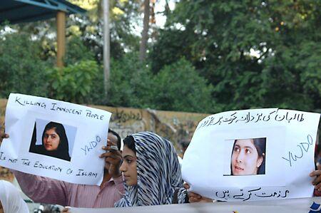 KARACHI / PAKISTAN_ pakistanais gens de la nation se avec 14 ans pakistanais courageux fille qui a été abattu par Talila interdiction récente fixer sur van scolaire et condamner l'interdiction de talib acte, affiche lit, nous vous aimons s?ur obtenez bien bientôt, pakistanais pendant le rassemblement de protestation dans suppor Banque d'images - 15740046