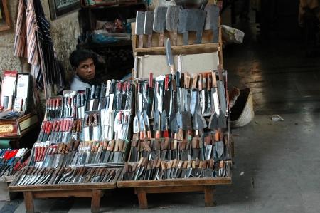 slaughtering: KARACHI  PAKISTAN_ pakistani negozio custode coltelli sharping preparando per Santo qarbani macellazione degli agnelli e altri animali durante la stagione santa eid 17 Ottobre 2012