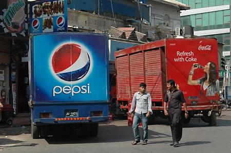 ediroial: Copenhagen  Denmark_USA. Coca Cola e Pepsi consegna lorryies 3 nov 2012