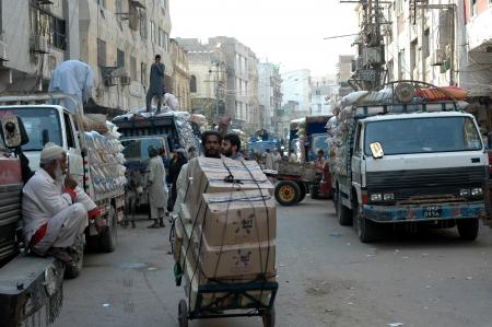 bazar: PAKISTAN_pakistani labour working in wolesale market at jodia bazar in karachi. jun,24,2013 Editorial