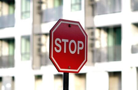 dissolved: Un segnale di stop ottagono rosso con disciolto condominio sfondo Archivio Fotografico
