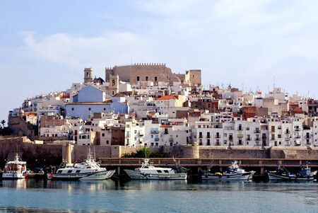 街の灯台とパパ城ルナ - ペニスコラ (カステリョン) コスタ ・ アサール スペイン Maestrat Baix の景色