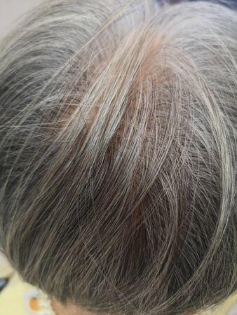 Grijs haar, vrouwen worden ouder, hun haar op hun hoofd wordt wit