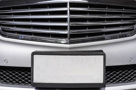 plaque immatriculation: gros coup de plaque d'immatriculation vide de voitures de luxe Banque d'images