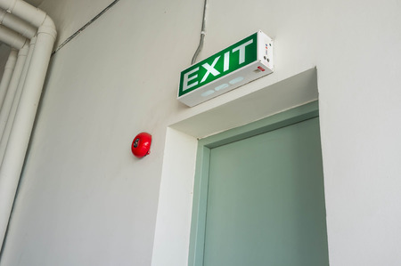 salida de emergencia: brillante muestra de la salida de emergencia