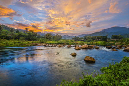 키 리 옹은 태국에서 폭포입니다.