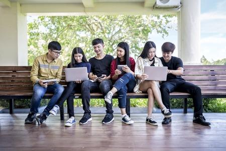 교육 과정. 의 자에 앉아 대학에서 공부하는 아시아 젊은 사람들의 그룹 교육 학생 대학 대학 공부 우정 십 대 개념 스톡 콘텐츠