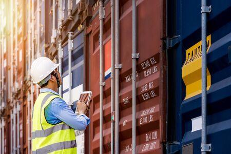 Foreman control loading Container box von Cargo Frachtschiff für den Import Export, Vorarbeiter Kontrolle Industrial Container Cargo Frachtschiff