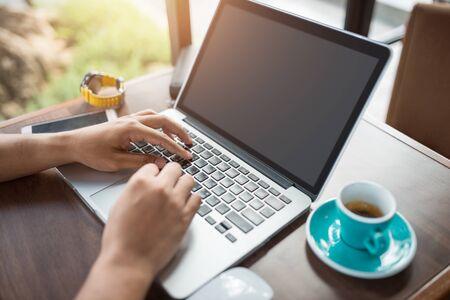 Cerrar el hombre usa la computadora portátil mientras se conecta a la red inalámbrica