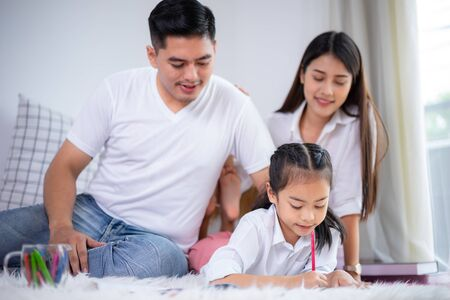 Young family drawing together with colorful pencils at home, kids and happy people concept. 版權商用圖片 - 126573425