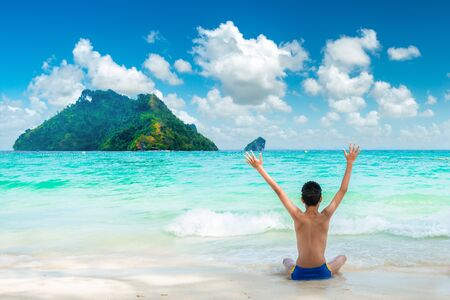 Happy young traveller enjoys in tropical beach. summer vacation on a tropical beach 版權商用圖片