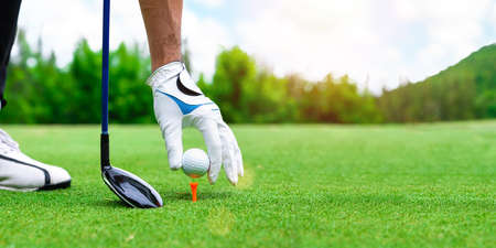 Close up golf ball on green grass field. sport golf club Banque d'images