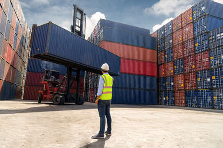 Foreman control loading Containers box to truck for Logistic Import Export Background, Business logistic concept, import and export concept Banque d'images