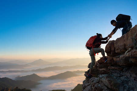 Asia couple hiking help each other on mountains view . teamwork Banque d'images