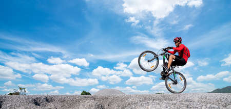 Young man riding mountain bike on the mountains Banque d'images