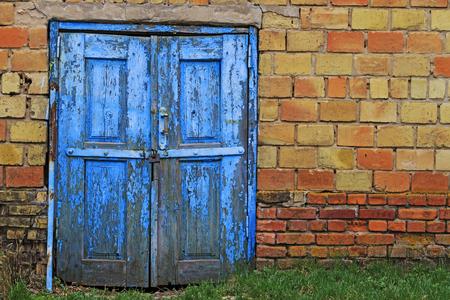 Puerta azul al mundo fabuloso, bloques de diferentes calibres, estructuras de edificios, fábrica abandonada