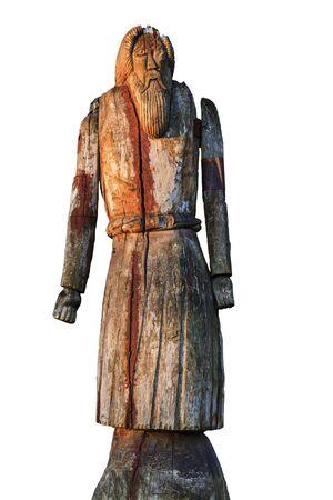 Estatua de madera de Odin de cuerpo entero aislado sobre fondo blanco.