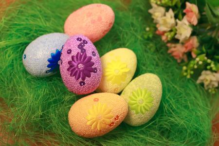 Huevos decorativos en hierba verde Conceptos Pascua, huevos, hecho a mano, hierba