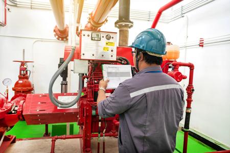 Ingegnere che controlla il sistema di controllo antincendio del generatore industriale, controller della pompa antincendio del motore diesel