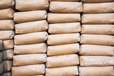 materiales de construccion: una gran cantidad de bolsas de cemento