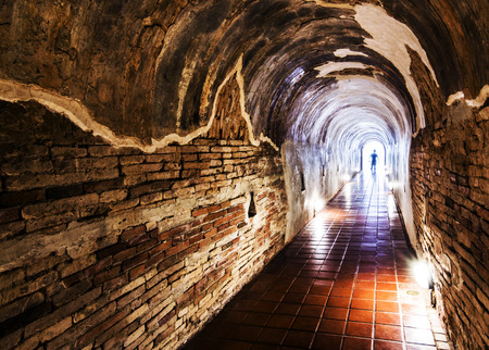 poblíž: silueta ve starém tunelu Světlo na konci tunelu