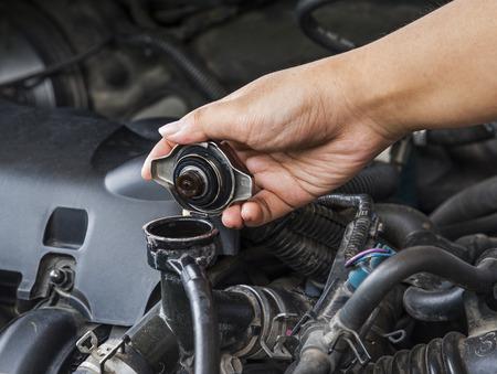 Controleer de radiator auto voor auto-onderhoud. Stockfoto