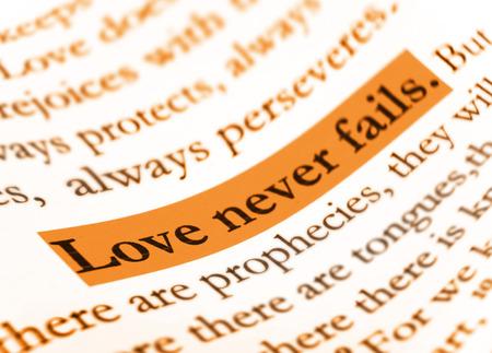nunca: El amor nunca falla en la Sagrada Biblia. Foto de archivo