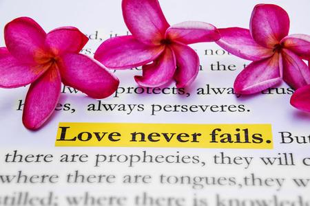 De liefde vergaat nooit. 1Corinthians 13: 8, heilige bijbel. Stockfoto