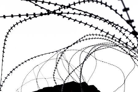 barbed wires: Laminado de alambres de p�as en la zona de seguridad