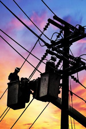 Elektricien werknemer in een emmer, Elektrische reparaties naar normaal. Stockfoto