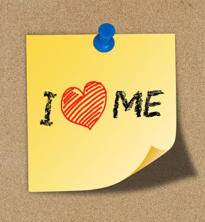 amor: Eu amo-me escrever em nota amarela presa na placa da cortiça fundo