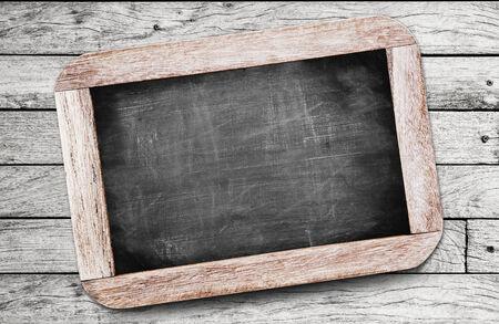 Kleine zwarte schoolbord op houten achtergrond Stockfoto