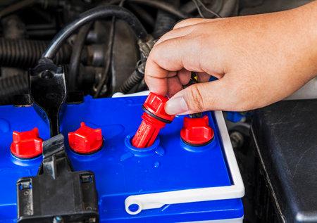 distilled water: verificar el nivel de agua destilada en la bater�a de un coche