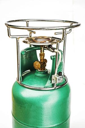 gas cylinder: Estufa port�til en el cilindro de gas aislado en blanco