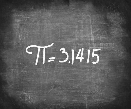 Pi nummer geschreven met wit krijt op bord, wiskunde concept. Stockfoto