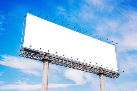 Blanco bord tegen de blauwe hemel voor nieuwe advertentie Stockfoto