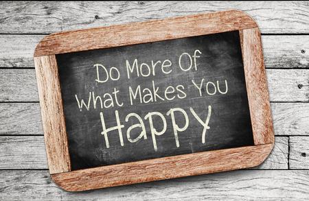 Doe meer van wat je gelukkig maakt Concept, geschreven op bord.