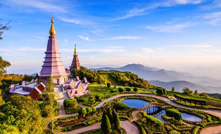 Landschap van twee pagode op de top van de berg Inthanon, Chiang Mai, Thailand. Stockfoto