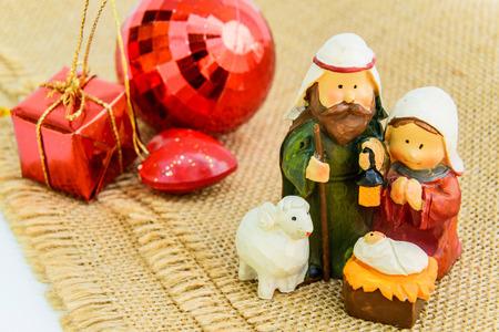 Kerst kerststal met Maria, Jozef, en schapen kijken neer op baby Jezus in zijn kribbe