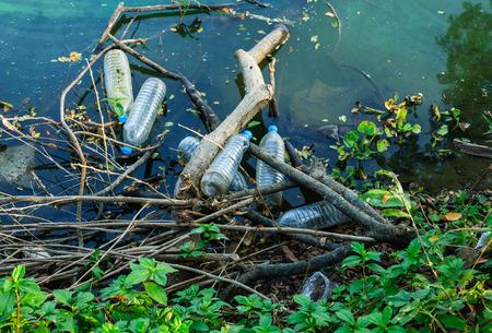 Watervervuiling, lege plastic flessen.