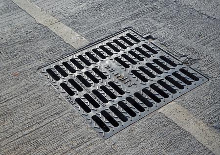 Putdeksel metaal in een stad straat