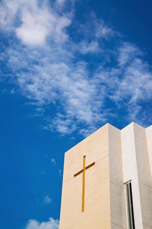 fidelidad: Cruz en la iglesia sobre el cielo azul y las nubes