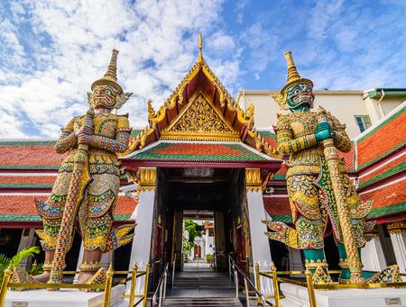 Reusachtige standbeeld in Wat Pra kaew, Groot paleis, Bangkok, Thailand.