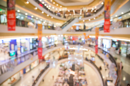 centro comercial: Blurred image of shopping mall and people,blurred department store light Foto de archivo