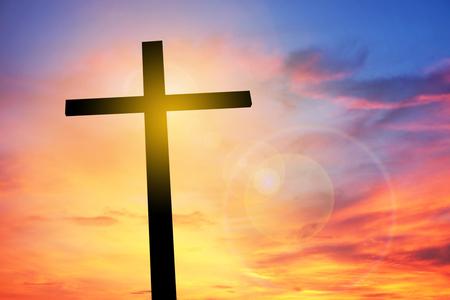 Kruis op zonsondergang, Concept conceptueel zwart kruis, Gospel concept. Stockfoto