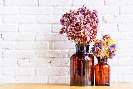 flores secas: flores secas en la botella, la botella de cristal se vuelve a utilizar para decorar y poner flores secas en su interior. enfoque selectivo. Foto de archivo